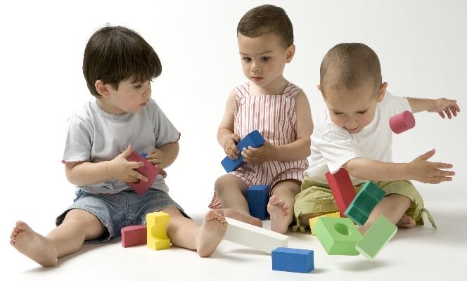El juego favorito del bebé de un año suele ser construir torres.