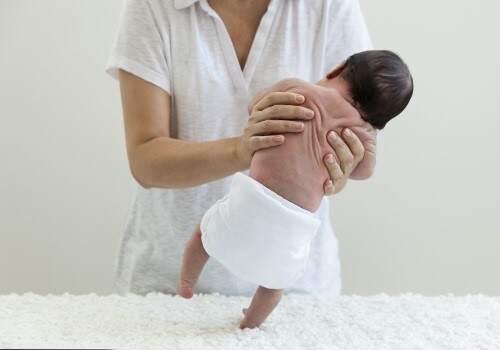 El bebé de 1 semana de vida, bailando disfruto del milagro de la vida.