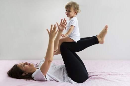 JBebé de 12 meses hace gimnasio con mamá