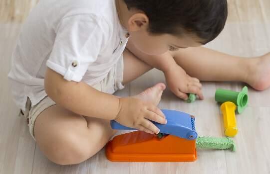 Niño de 18 meses con plastilina de colores