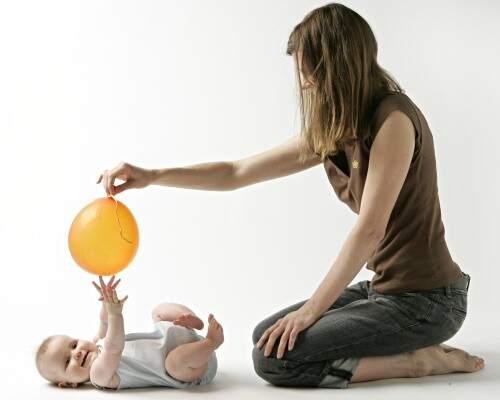 Juegos y juguetes para bebés desde 4 meses.                          Un balón colorido en tu mano para jugar con tu bebé.