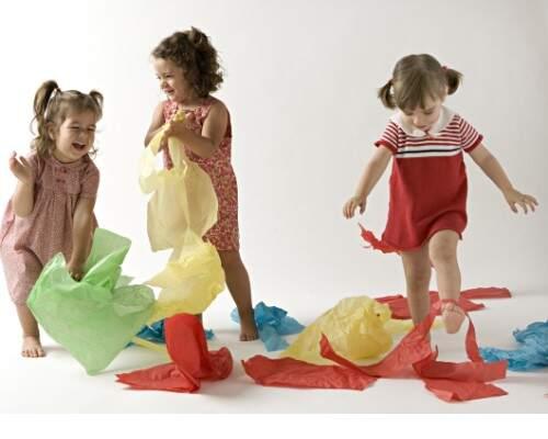 3 niñas con papeles                                      juegos y juguetes divertidos para niños desde 2 año
