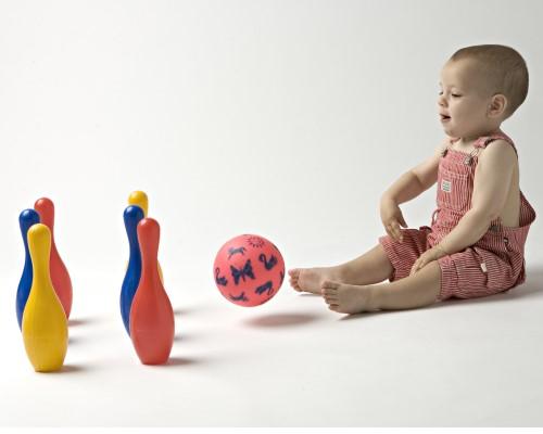 Juegos para niños desde 2 años. Juego de Bolos adecuado para jugar con niños de diferentes edades.