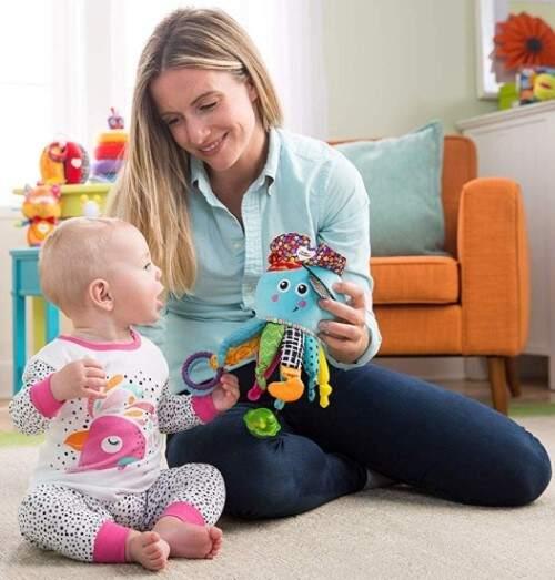 A partir de los 4 meses puedes entregár el pulpo pirata al bebe                              para que lo agarre con sus dos manitas y meterlo en la boca